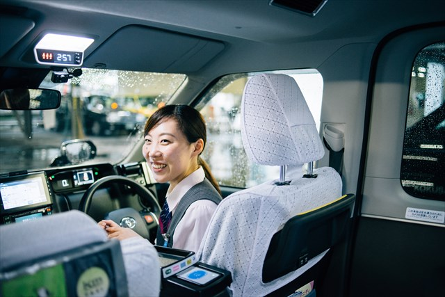 新人の頃はなかなか難しかった笑顔での接客も今は奥富さんのトレードマークに。「すがすがしい気持ちでタクシーを降りてもらえたらうれしいですね」