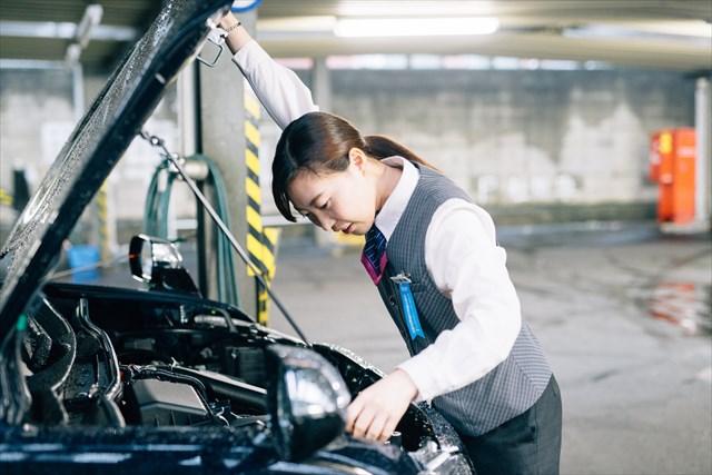 出発前は自分の車の点検や掃除を欠かさない。「接客も大切ですが、やっぱり一番は安全です。毎日緊張感を持って出発の準備を整えます」