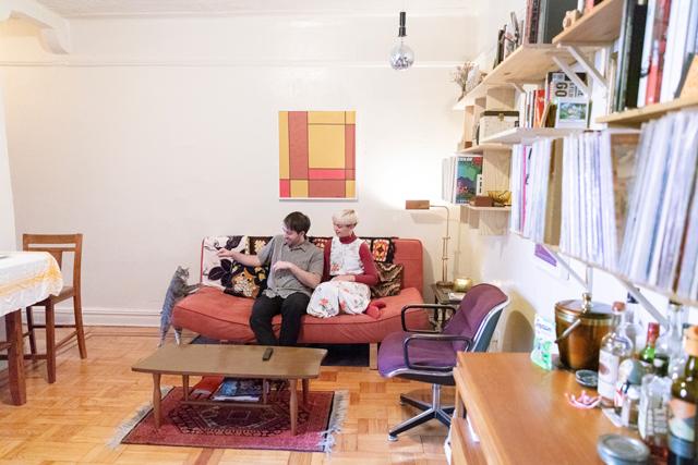 二足立ち姿になって、夢中になるピーチの姿を激写! ヴィンテージアイテムを配し、棚はDIYで取り付けたというアパートメントの部屋は、2人の個性が存分に発揮されています