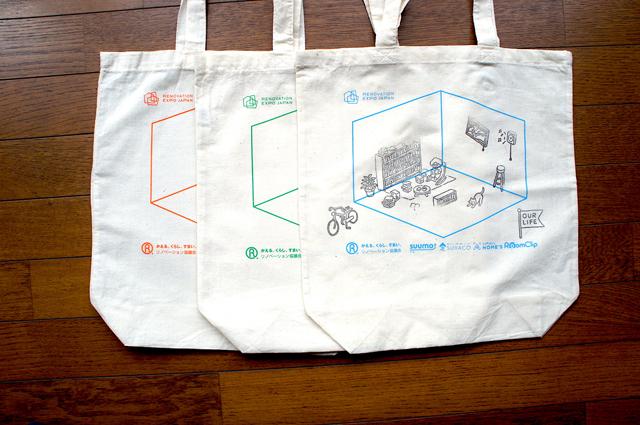 トートバッグは色違いで3色。筆者もゲームに参加し、「本に埋もれる」のスタンプを選び、猫や窓や自転車などをプラスしてオリジナルバッグが完成