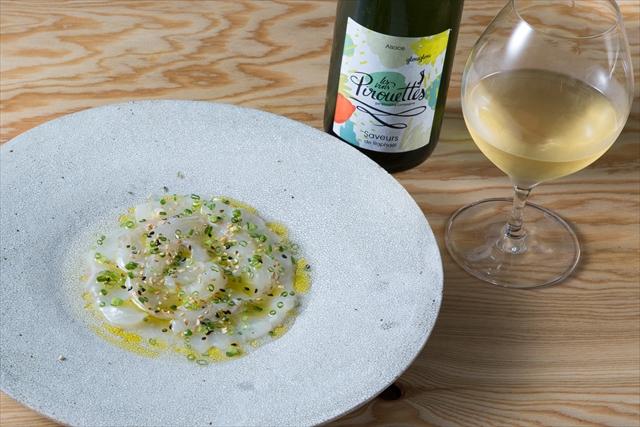 「村さんのスズキのカルパッチョとすだちドレッシング」(1800円)。秋はスダチを使った料理が増えるので、『グルグル・サブール・ド・ラファエル2015年』(レ・ヴァン・ピルエット/グラス900円)のように酸があるワインを取りそろえる