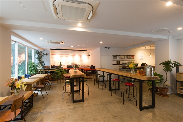 バルは1階で、2階がダイニング。バル中央のテーブルは、スタッフが徳島県神山町で伐採した杉の一枚板