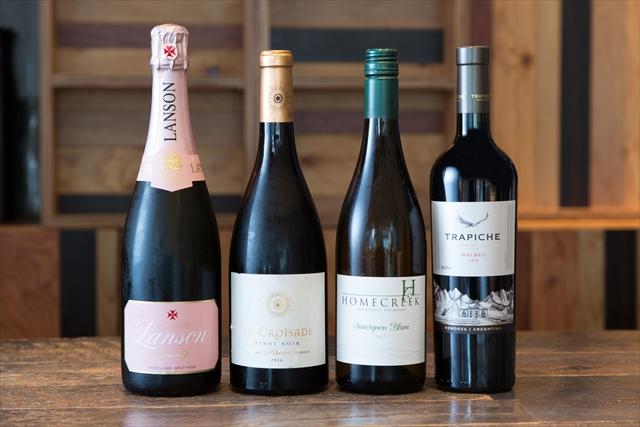 『ホーム・クリーク マールボロ ソーヴィニヨン・ブラン 2017年』(サザン・バンダリー・ワインズ/グラス1100円、ボトル3600円)〈右から2番目〉をはじめ、気軽に飲める味であることを重視して選んでいる