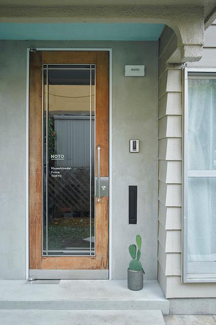 古い海外製のものに入れ替えた玄関扉