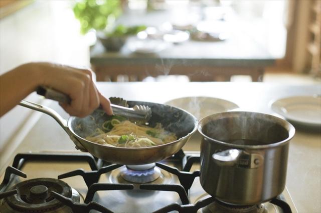 ゆであがったパスタはトングで引き上げてそのままフライパンへ。ざるなどで湯を切らなくても大丈夫です
