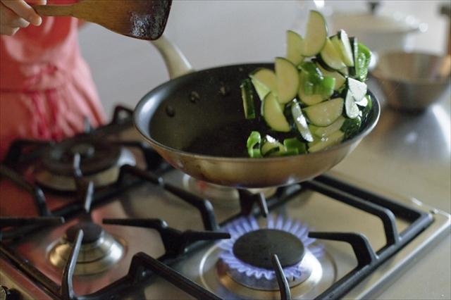 ズッキーニとピーマンは食感を損なわない程度にさっと炒めます。この段階の味付けは塩少々だけ