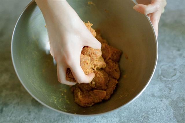豚肉にカレー粉やスパイス、調味料をもみ込みます。肉にしっかり味がつくうえ柔らかくなり、肉と一緒に焼くことでスパイスの香りも際立ちます
