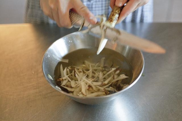 今回はささがきにしましたが、好みで四つ割りなどにしても。その場合は煮る時間を少し長めにしましょう