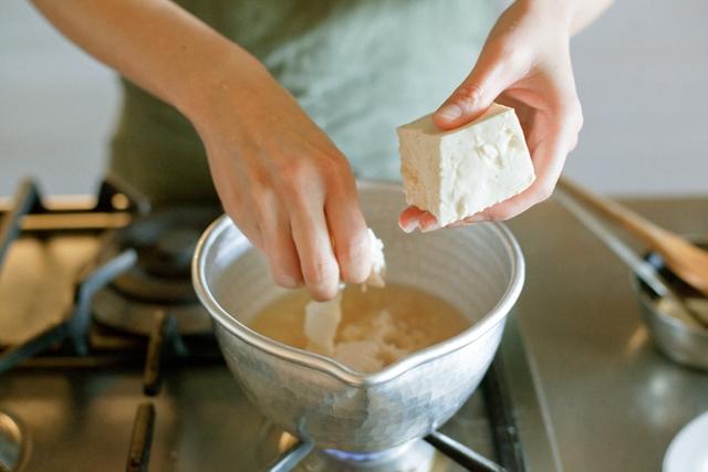 豆腐は指で握るような感じで細かくちぎります。包丁より手でちぎった方が断面が不ぞろいになって、よくだしの味が絡みます