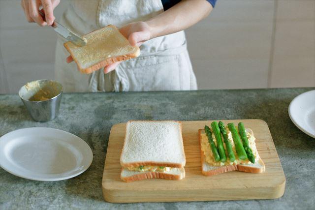 パンにはバターとマスタードを。マスタードがたまごの甘さを引き立たせてくれます