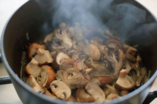 玉ねぎときのこは鍋で蒸し炒めに。玉ねぎの甘み、きのこのうまみが鍋の中でぎゅっと凝縮されます