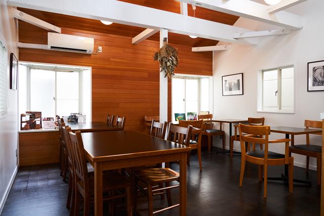 2階はカフェスペース。外国人客も多い