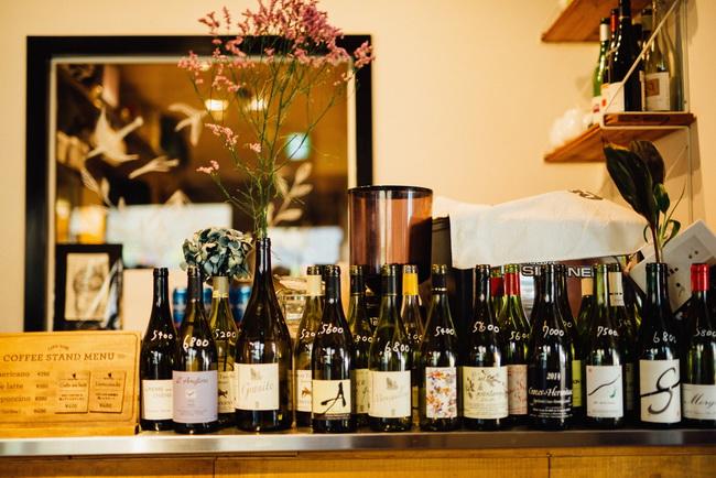 ワインはすべてヴァン・ナチュール。常に60種ほどがそろう。「繁盛店に出向いたり、試飲会に参加したり、月に50~100種類のワインを飲み、店に入れる銘柄を決めています」