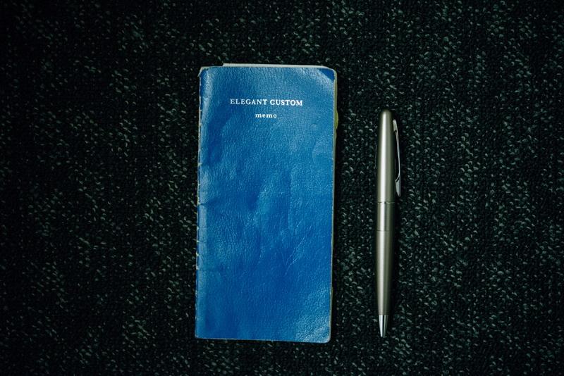◎仕事の必需品<br>ホテルで働くということの決心を持たせてくれたペン。今使っているものにはローマ字で名前を入れています。内ポケットに必ずしのばせているメモは自作の虎の巻。