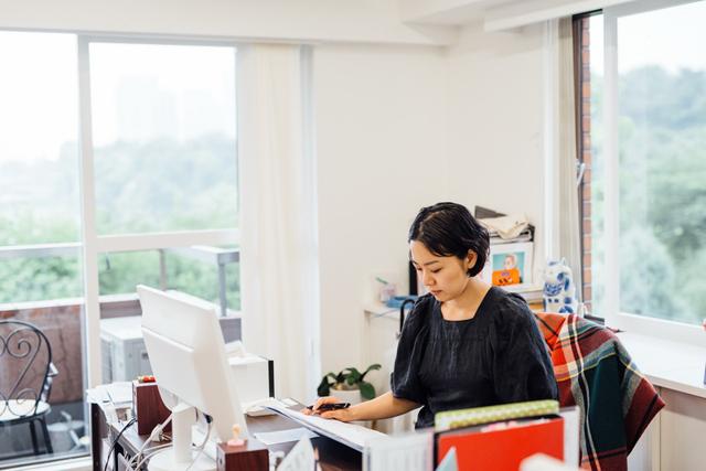 事務所にいるときは、スケジュール調整や各所への連絡などのデスクワーク。雑誌やテレビの撮影現場へ同行したり、打ち合わせに同席したりと、出ずっぱりのことも多いです。モデルが出演した雑誌や番組のチェックも欠かしません