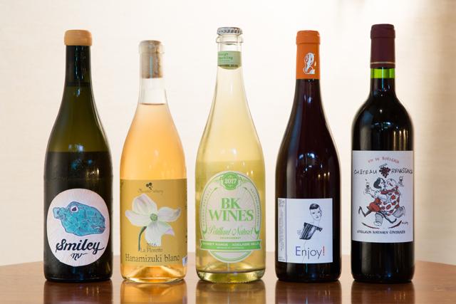 日本のワインは主にボトルで提供している。『ラ・フロレット ハナミズキ・ブラン 2016年』(奥野田ワイナリー/ボトル4600円)〈左から2番目〉は古里氏がワイナリーまで足を運び、思い入れが深いという