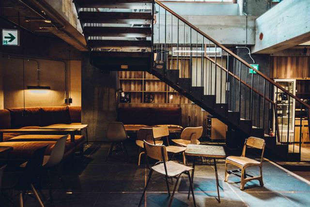 昼は1階のコーヒースタンドのイートインスペースに。金・土曜にはDJによる演奏が行われる