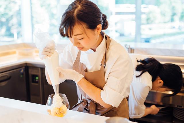 カウンターの中で生クリームを絞ってデザートの仕上げ。最近は外国人のお客さんも増えつつあるとのことで、英語の勉強にも力を入れているそう
