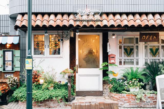 カフェのような愛らしい佇まいのお店はオーナーの旦那さんが手がけたもの。印象的な瓦屋根や庭もオーナーみずからDIYした。外の壁にはさりげなく犬や猫のイラストが