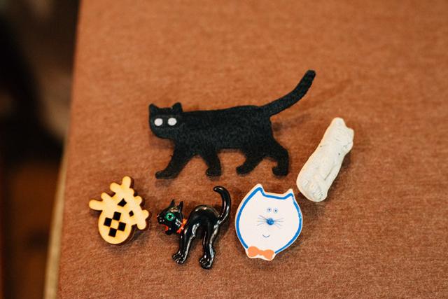 愛猫家の川原さん。猫好きの常連さんが来店する日には、猫のブローチやバッジを胸につけて出勤する。カットの最中も話題は猫、猫、猫!
