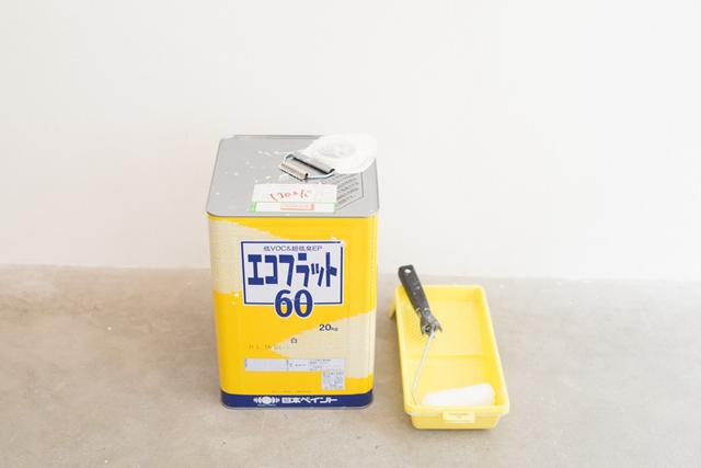 ◎仕事の必需品<br>「展覧会が終わると、ペンキで壁を真っ白に塗り直します。作家さんには常にまっさらな状態で展示にのぞんでいただきたいと思って。だからいつもペンキまみれですよ(笑)」