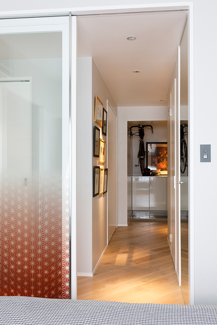 寝室から玄関方面を見る。廊下にもアートが飾られている
