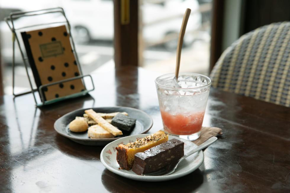(左)クッキー五種盛り(中央)ケーキ二種盛り(右)季節のフルーツソーダ