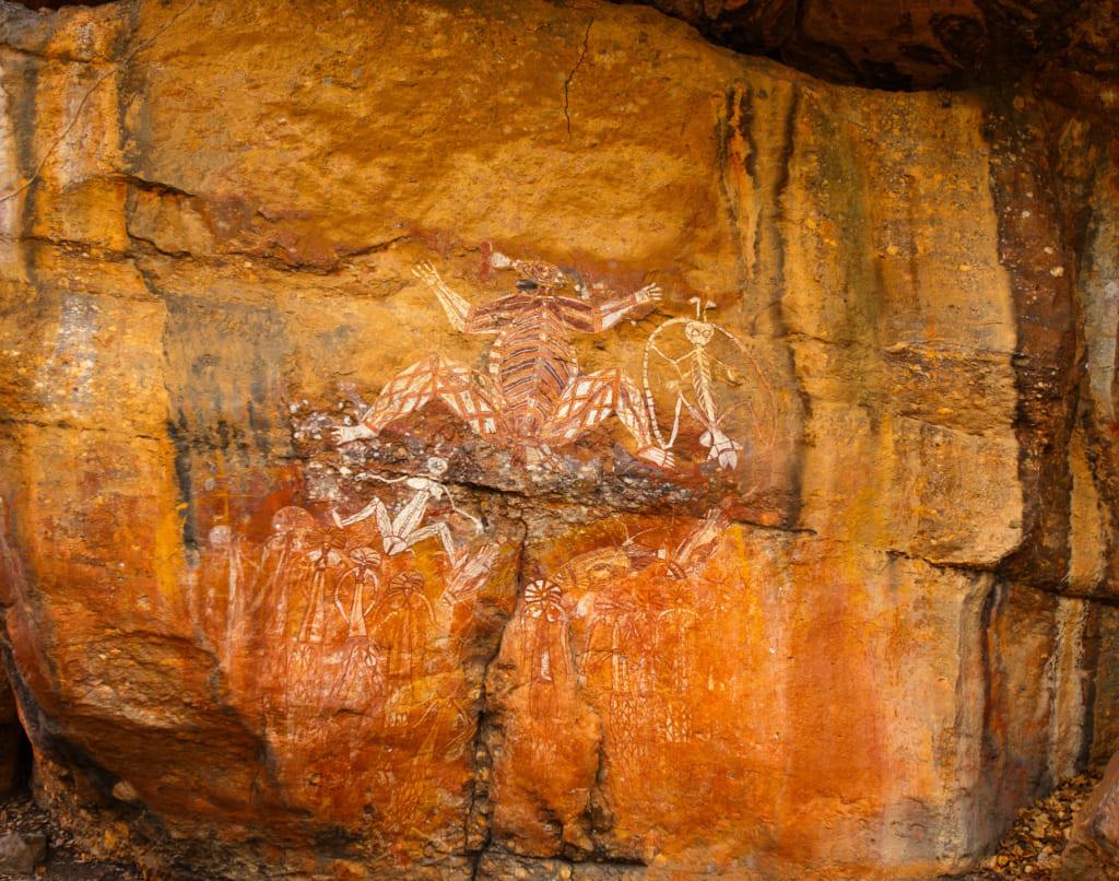 岩に描かれた雷男ナマルゴンの妻、バラギンジ。X線画法で描かれる