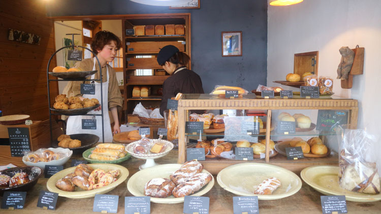 田園の中に行列! パン屋兼農家が作る地元産素材100%のパン/一本杉農園