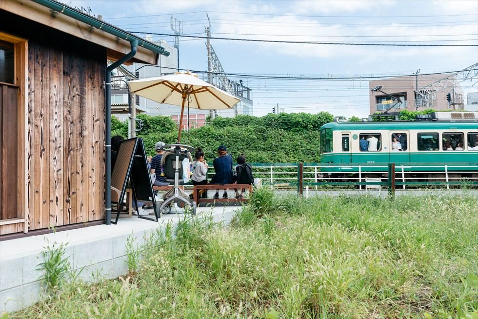 江ノ電を眺めながら味わう、地元産ジェラート「GELATERIA SANTi」