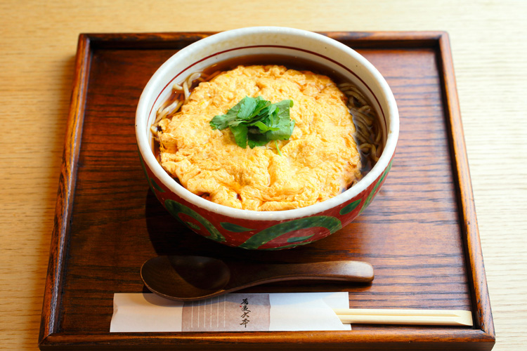 「蕎麦六本」の玉子とじそば 水谷果穂さん