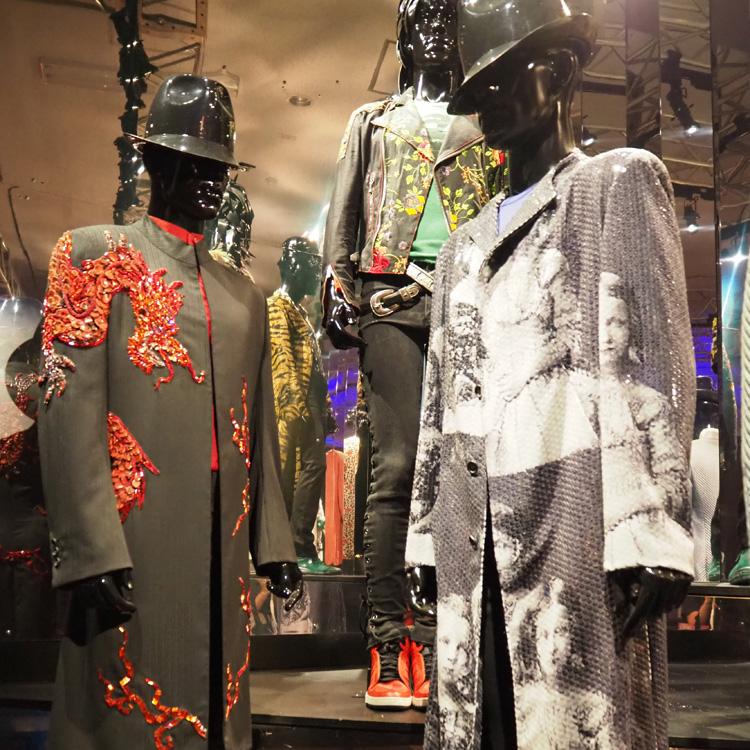 ストーンズの衣装変遷、間近で堪能 東京で回顧展、6月5日まで