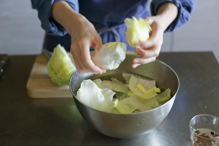 しゃりしゃり食感楽しむ、アサリとレタスの豆豉炒め