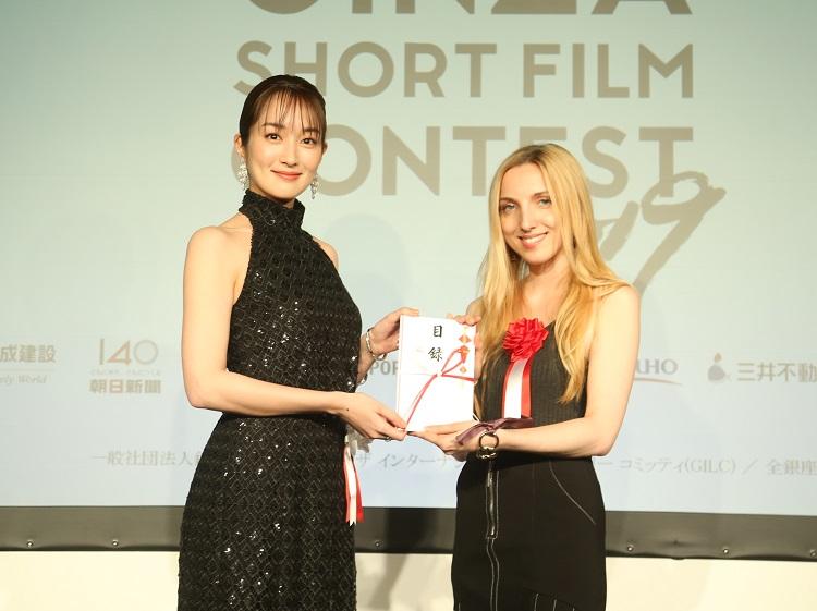 ゲストプレゼンターを務めた女優の高梨臨さん(左)とシビラ・パトリチア監督