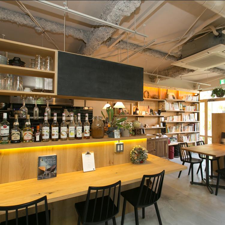 デザイン書充実、起業相談もできるカフェ
