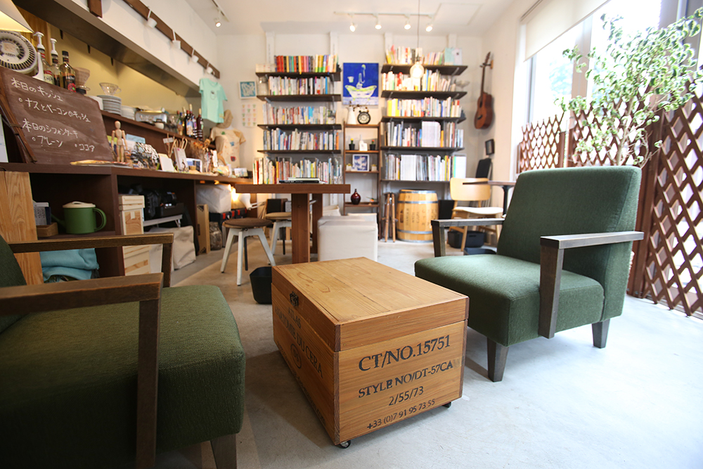 <117>店内で読みきれない本、貸し出します 「Cafe Cross Point」