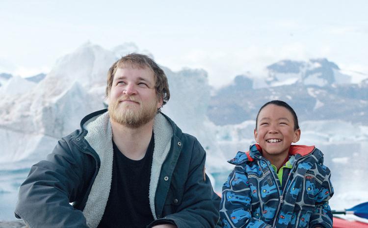 【劇場で試写会 10組20名様】グリーンランドの大自然下の、ていねいな暮らしぶりを描く映画『北の果ての小さな村で』