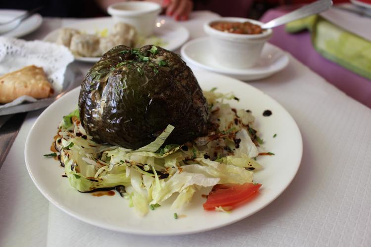 カリーとトマト煮と小豆とごはんの三位一体。レユニオン島の店「Aux Petits Chandeliers」