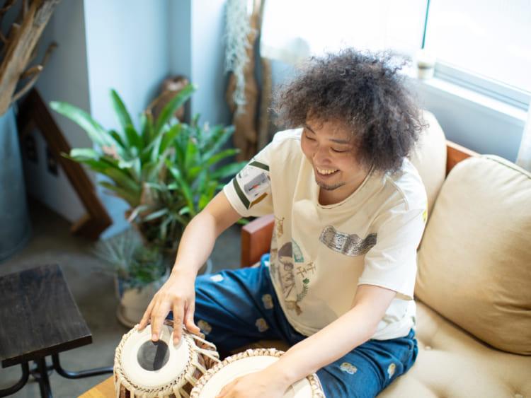 20歳で単身インドへ。タブラ奏者U-zhaanの原点(前編)