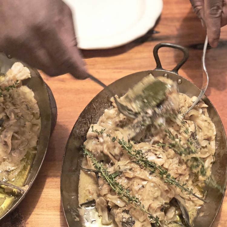 セネガルの魚のシチュー。マスタードは豪快に1瓶