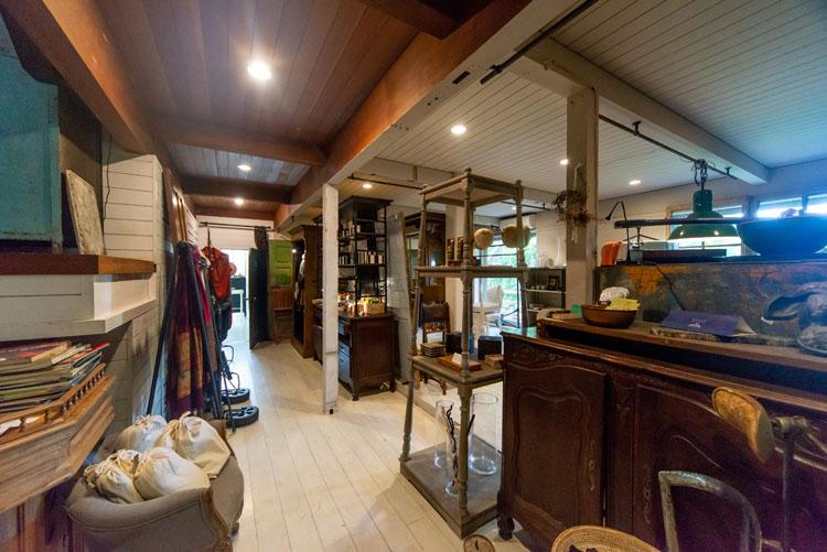 知人の別荘に来たように。家具と海が響き合うカフェ「コード葉山」