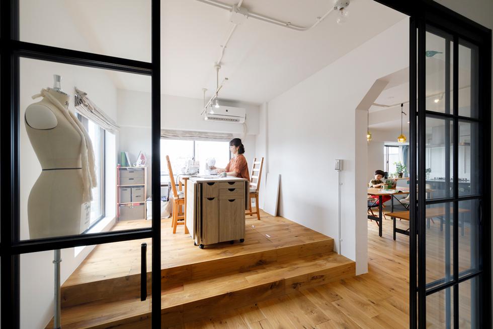 仕事と暮らしが同居する、住まいの中のアトリエ