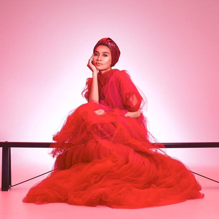 「赤がキマる自分」の作り方。ファレルやアッシャーも惚れる歌姫 YUNA