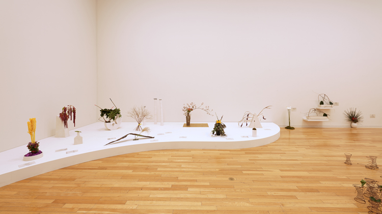 いけばな草月流とのコラボ作品も「カミーユ・アンロ展」