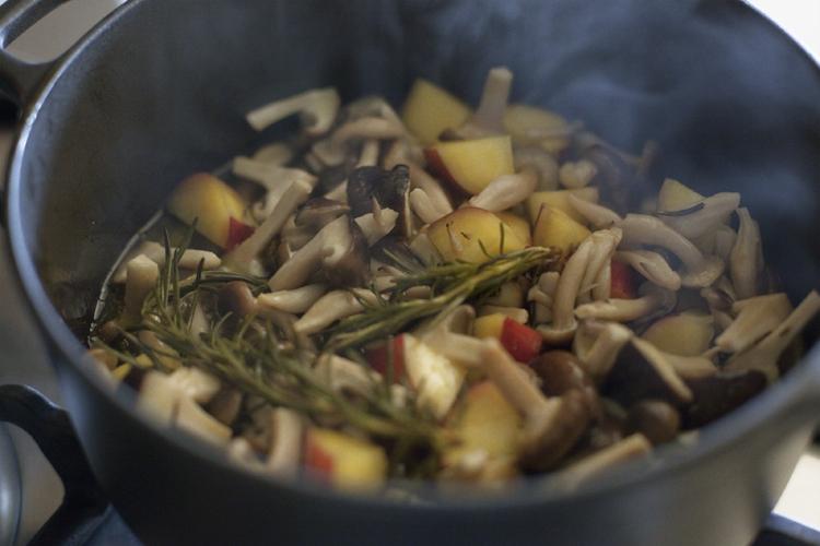 秋のうまみをぎゅっと凝縮。いろいろキノコのオイル煮