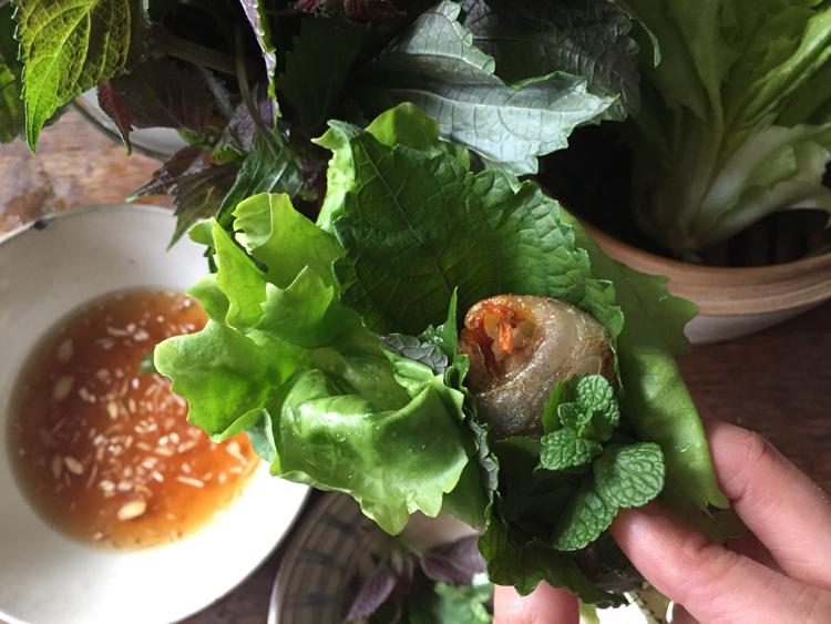 《パリの外国ごはん そのあとで。》主役はハーブ。イワシとじゃが芋のベトナム風揚げ春巻き/Banh Me Tender2