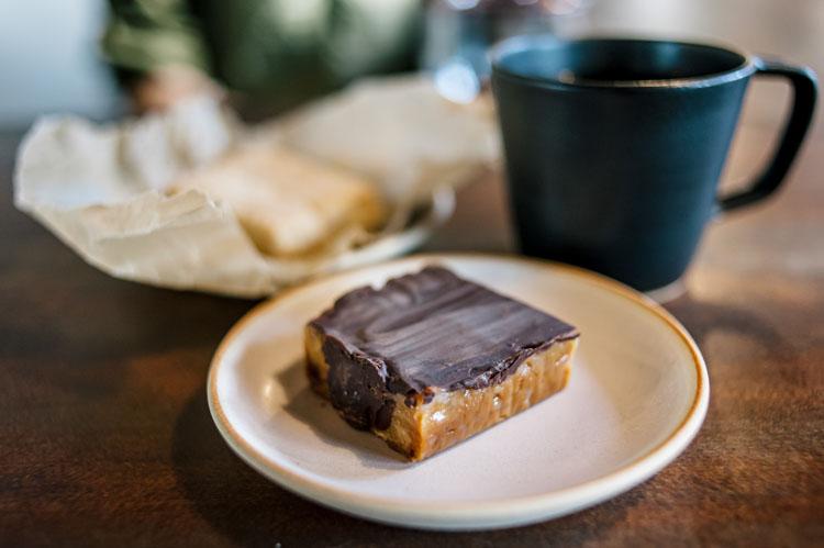 本日のお菓子は来てのお楽しみ。材木座「STOVE」隣のカフェ&ギャラリー「John」