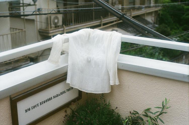 「ルーツ」を思い起こす姉から譲り受けた白いシャツ 平田春果さん