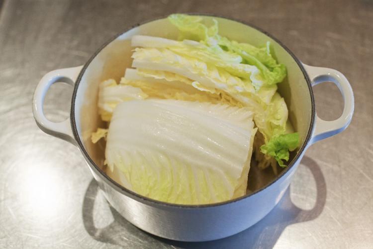 旬の甘みを丸ごと味わう白菜とチキンのサフラン煮込み