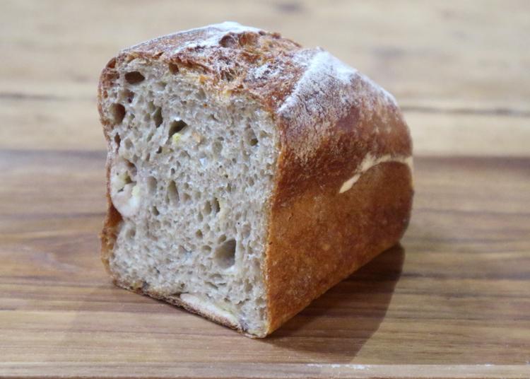 築100年の土蔵で厳選素材の丸パンやツナサンドをイートイン!/関次商店 パンの蔵 風土